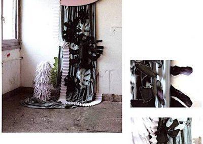 Ohne Titel XIII (Zimmerpflanze) Textil, Karton, Papier und Ventilator ca 250x160cm 2015