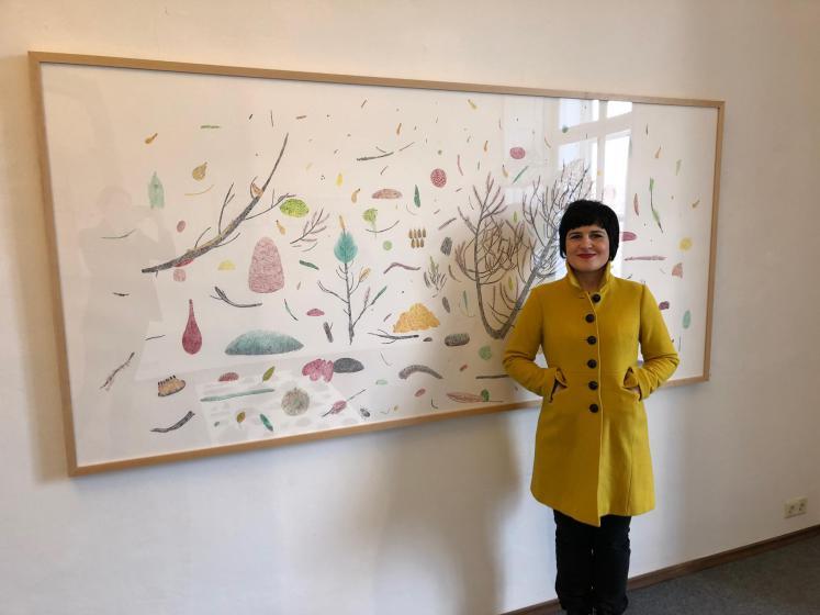 """Gabriela Oberkofler vor ihrem 2,5 Meter breiten Werk """"Latschenkiefer"""" Bild: Galerie"""